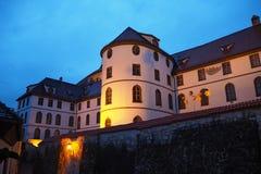 fussen德国 美术画廊的大厦在小山顶部在市中心 免版税库存图片