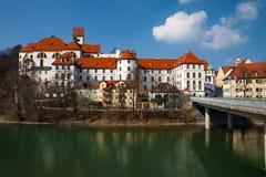 Fussen, vecchia via della città della Germania Fotografia Stock Libera da Diritti