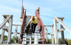 Fustighi il mastino italiano di corso sulle scale con il proprietario fotografia stock libera da diritti
