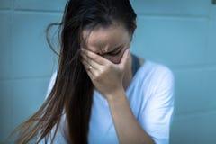Fustrated ha depresso la donna che tiene le sue mani sopra il suo fronte fotografie stock libere da diritti