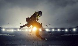 Futbol amerykański gracze przy areną Mieszani środki obrazy stock