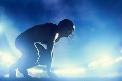Futbol amerykański gracze w grą Stadiów światła Zdjęcie Stock