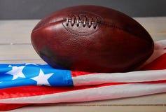 Futbol amerykański piłka i stara chwały flaga obraz stock