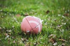 Futbol Kłaść w trawa gazonie Obrazy Stock