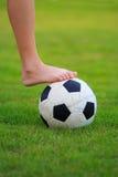Futbol na polu zielona trawa Zdjęcia Royalty Free