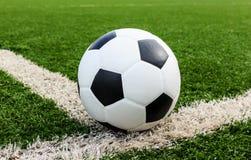 Futbol na zielonej trawy pola conner Obraz Stock