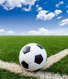 Futbol na zielonej trawy pola conner Zdjęcie Stock