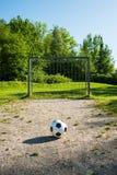 Futbol, piłka na kara punkcie, futbol gruntuje dla młodości Zdjęcie Royalty Free