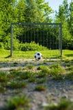 Futbol, piłka na kara punkcie, futbol gruntuje dla młodości Zdjęcie Stock