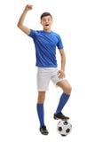Futbolista adolescente que gesticula felicidad Imagenes de archivo