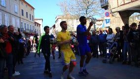 Futbolista brasileño en el carnaval francés de Limoux en Occitanie almacen de metraje de vídeo