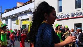 Futbolista brasileño en el carnaval francés de Limoux en Occitanie almacen de video