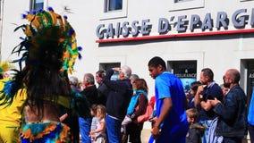 Futbolista brasile?o en el carnaval franc?s de Limoux en Occitanie metrajes