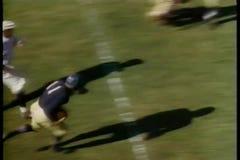 Futbolista de la universidad que va a momento del aterrizaje almacen de metraje de vídeo