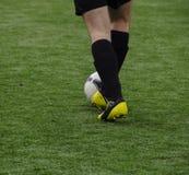 Futbolista de las piernas con la bola Fotografía de archivo libre de regalías