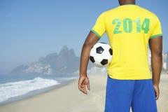 Futbolista 2014 del Brasil que celebra el balón de fútbol imagenes de archivo
