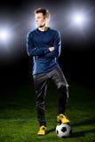 Futbolista en campo de hierba. Imagenes de archivo