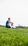 Futbolista en el azul que toma una rotura en la echada Fotos de archivo libres de regalías