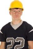 Futbolista en la expresión seria del casco Fotos de archivo