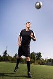 Futbolista hispánico del fútbol o que dirige una bola Imágenes de archivo libres de regalías