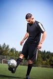 Futbolista hispánico del fútbol o que golpea una bola con el pie Fotos de archivo libres de regalías