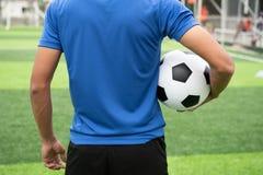 Futbolista jest ubranym błękitną koszula, czerni spodnia raniący zdjęcie stock