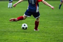 Futbolista kopie piłkę podczas futbolowego dopasowania zdjęcia stock