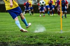 Futbolista kopie piłkę podczas futbolowego dopasowania zdjęcie royalty free