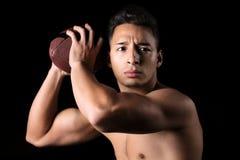 Futbolista listo para lanzar la bola Imagen de archivo libre de regalías