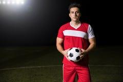Futbolista na polu z piłką zdjęcia royalty free