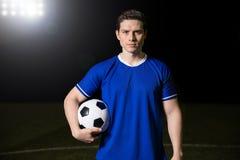 Futbolista pozycja na futbol zieleni obrazy royalty free