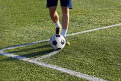Futbolista przygotowywa uderzać narożnikowego kopnięcie na celu fotografia royalty free