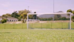 Futbolista que anota una meta almacen de metraje de vídeo