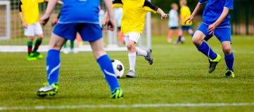 Futbolista que corre con la bola en la echada footballers Imagen de archivo libre de regalías