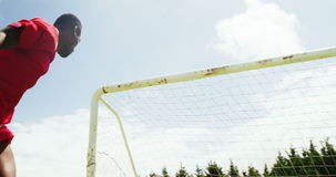 Futbolista que dirige la bola almacen de video