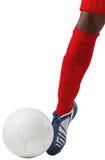 Futbolista que golpea la bola con el pie con la bota Fotografía de archivo