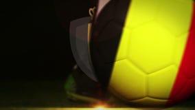 Futbolista que golpea la bola de la bandera con el pie de Bélgica ilustración del vector