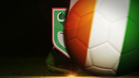 Futbolista que golpea la bola de la bandera con el pie de Costa de Marfil stock de ilustración