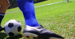 Futbolista que juega a fútbol en el campo almacen de metraje de vídeo