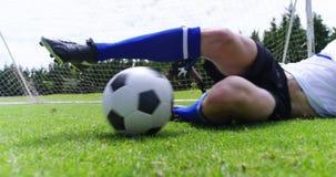 Futbolista que pega una bola en el campo almacen de metraje de vídeo