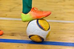 Futbolista stopa puka piłkę po strajka od linii bocznej w futbolu w sali obrazy royalty free
