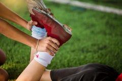 Futbolista trzyma kostkę rozciągać mięśnie obraz stock