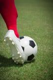 Futbolista y fútbol aislados Imagen de archivo