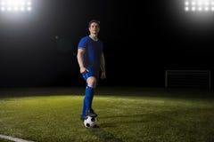 Futbolista z piłką na boisko do piłki nożnej obraz royalty free