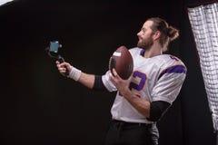 Futbolista z smartfone na gimbal obraz royalty free