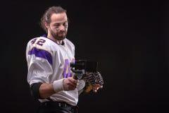 Futbolista z smartfone na gimbal zdjęcia royalty free