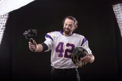Futbolista z smartfone na gimbal obrazy stock