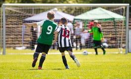Futbolistas corrientes del fútbol de la juventud Muchachos que golpean el partido de fútbol con el pie Fotografía de archivo