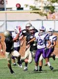Futbolistas de la High School secundaria en la acción durante un juego Fotografía de archivo libre de regalías