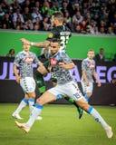 Futbolistas en la acción durante un partido de fútbol imágenes de archivo libres de regalías